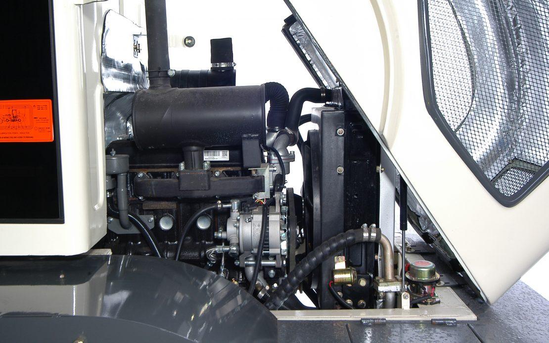 Kolový nakladač ZL 10 detail motor
