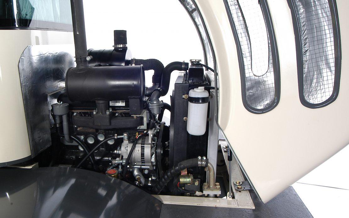 Kolový nakladač ZL 16 detail motor