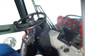 Kolový Nakladač HZM 825 Detail Kabina 3
